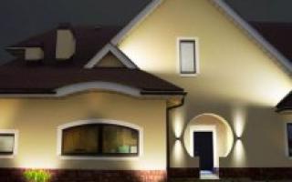 Подсветка крыльца загородного дома: идеи на фото